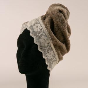 Turbante per capelli rifinito con elegante pizzo e chiusura con bottone