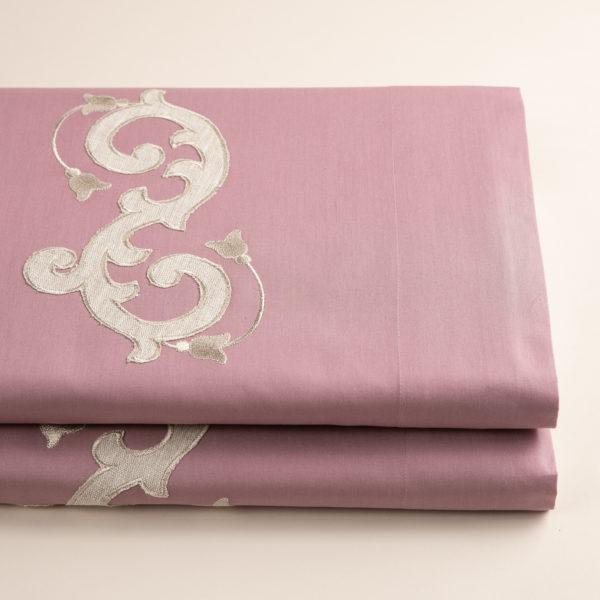Completo di lenzuola in morbido cotone pelleovo rosa dust rifinito con ricamo sabbia con lino in applicazione su lenzuolo superiore e federe. Made in Italy