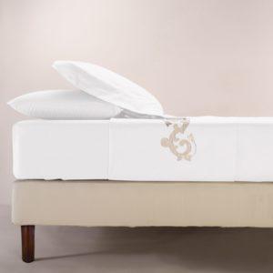 Completo di lenzuola in cotone percalle bianco rifinito con ricamo sabbia con lino in applicazione su lenzuolo superiore e federe.