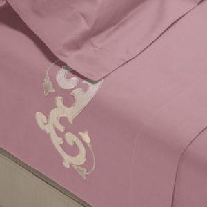 Completo di lenzuola in cotone pelleovo rosa dust rifinito con ricamo sabbia con lino in applicazione su lenzuolo superiore e federe.