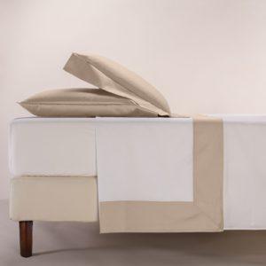Completo lenzuola percalle colore bianco e bordo in raso di cotone sabbia