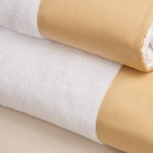 Coppia spugna bianca con fascia raso giallo oro