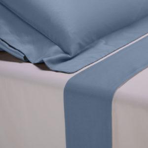 Completo lenzuola percalle colore bianco e bordo in raso di cotone avio