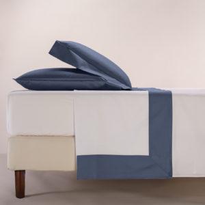 Completo lenzuola percalle colore bianco e bordo in raso di cotone blu