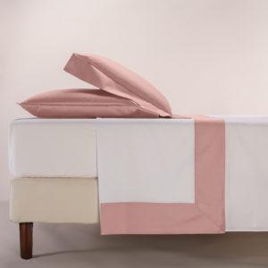 Completo lenzuola percalle colore bianco e bordo in raso di cotone rosa cipria