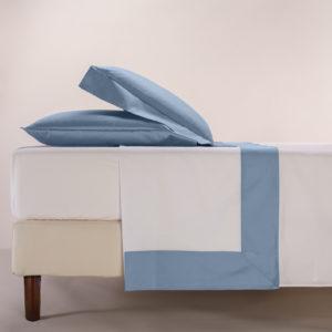 Completo lenzuola percalle colore bianco e bordo in raso di cotone colore avio
