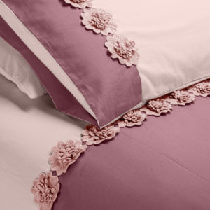 Copripiumino Life colore rosa chiaro/rosa dust effetto stropicciato applicazione fiori macramè