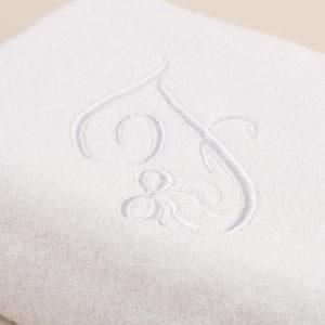 Coppia bagno spugna bianca con cifra ricamata bianca