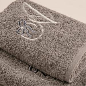 Coppia bagno spugna grigia con cifra ricamata