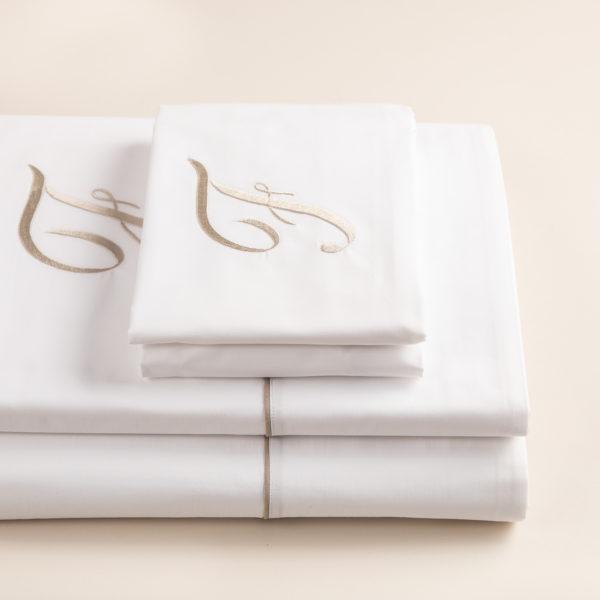 London completo lenzuola percalle bianco con profilo e cifra sabbia