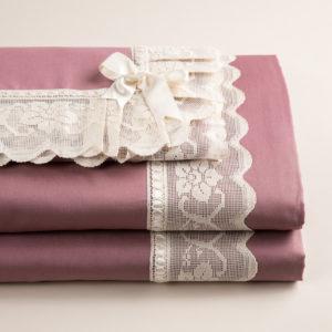 Parure Copripiumino in cotone pelleovo rosa dust con pizzo. Realizzato artigianalmente in Italia.