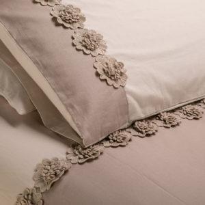 Copripiumino morbido cotone sabbia chiaro/scuro con fiori di macramè