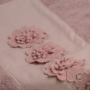 Telo doccia spugna rosa dust bordo e applicazioni macramè