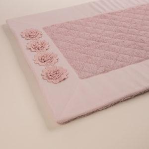 Tappeto bagno spugna trapuntata bordo rosa dust e fiori macramè