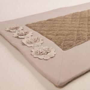 Tappeto bagno spugna trapuntata bordo sabbia e fiori macramè