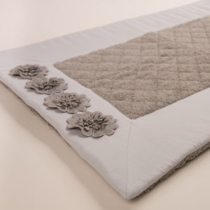 Tappeto bagno spugna trapuntata bordo grigio e fiori macramè