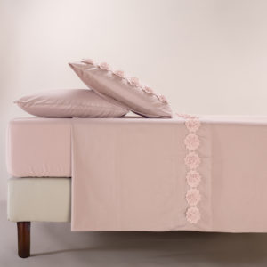 Completo lenzuola in morbido cotone impreziosito da fiori in macramè. Colore rosa