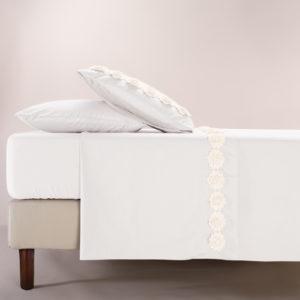 Completo letto Life colore bianco con fiori di macramè