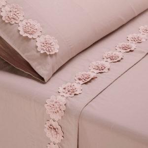 Completo lenzuola in morbido cotone impreziosito da fiori in macramè. Colore rosa.