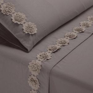 Completo lenzuola in morbido cotone impreziosito da fiori in macramè. Colore grigio.