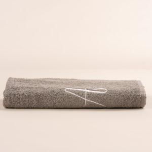 Telo bagno in spugna grigia con ricamo cifra in colore bianco