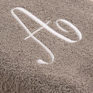 Coppia spugna grigia con cifra ricamata colore bianco