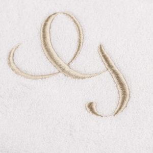 Telo spugna colore bianco con cifra ricamata sabbia