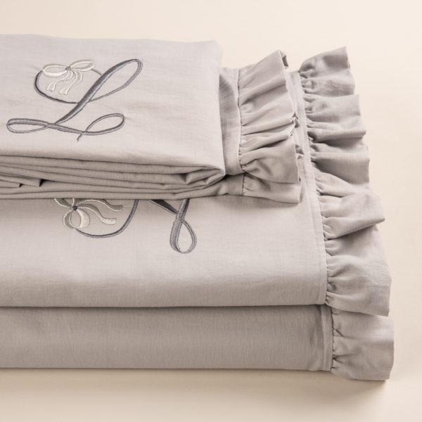 Completo lenzuola morbido cotone con piccolo volant e cifra ricamata