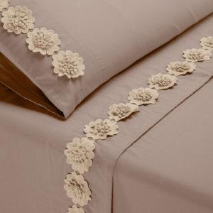 Completo letto Life morbido cotone colore sabbia con fiori di macramè applicati
