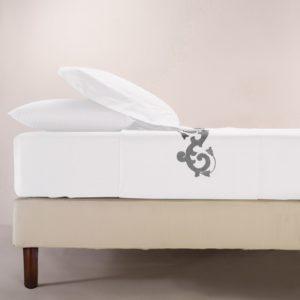 Completo di lenzuola in cotone percalle bianco rifinito con ricamo grigio con raso di cotone in applicazione su lenzuolo superiore e federe.
