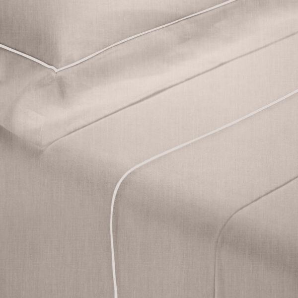 Parure lenzuola in lino sabbia con profilo bianco