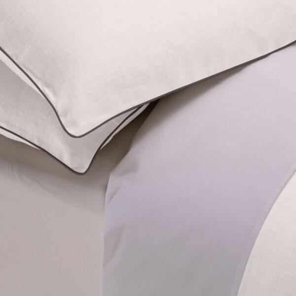 Copripiumino London in lino bianco rifinito su tre lati e sulle federe con profilo grigio